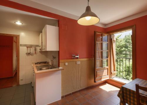 Una cocina o zona de cocina en Hotel de Montaña Uson