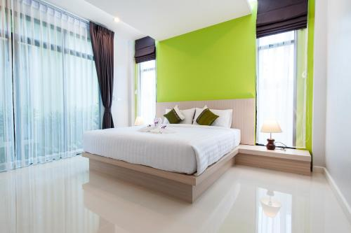 A bed or beds in a room at Jinda Resort