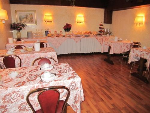 A restaurant or other place to eat at Hotel Siviglia