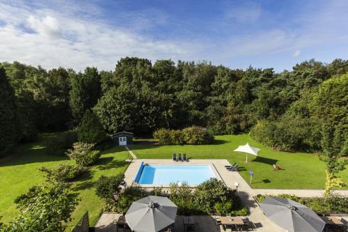 Ein Blick auf den Pool von der Unterkunft Novotel Eindhoven oder aus der Nähe