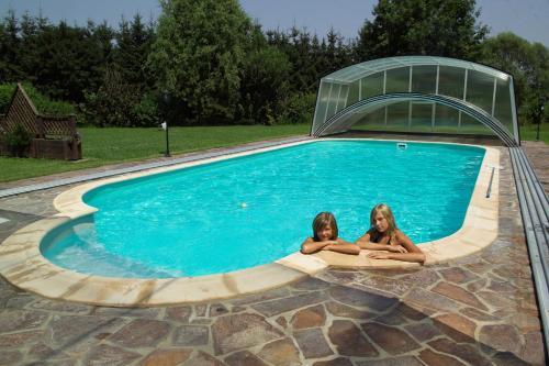 Der Swimmingpool an oder in der Nähe von Hotel Garni Thermenoase