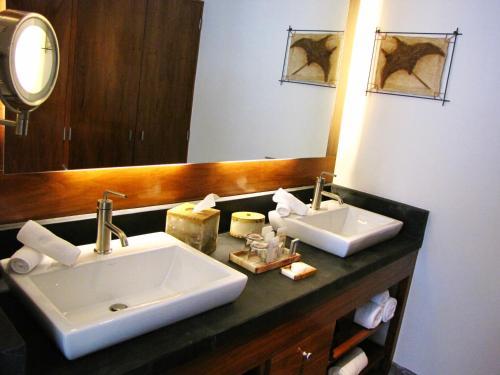 A bathroom at Costa Baja Resort & Spa