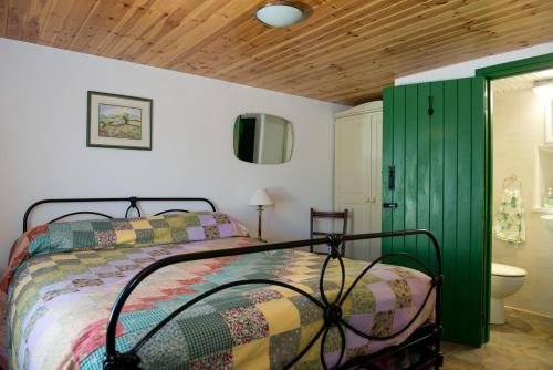 A bed or beds in a room at Cobblers Cottage Creggan