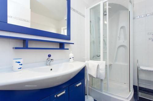 A bathroom at Apartments Laura