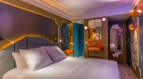 A bed or beds in a room at Idol Hotel