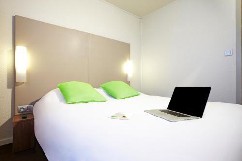 Un ou plusieurs lits dans un hébergement de l'établissement Campanile Paris Ouest - Nanterre - La Défense