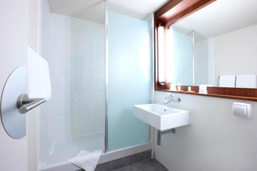 Salle de bains dans l'établissement Campanile Paris Ouest - Nanterre - La Défense