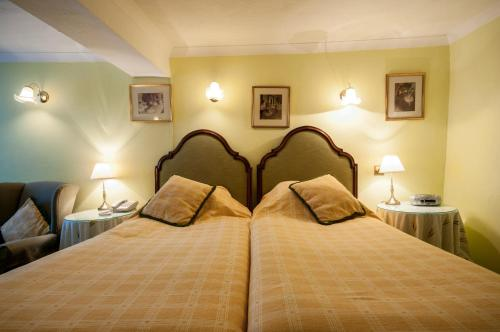 A bed or beds in a room at Bishopsgate House Hotel