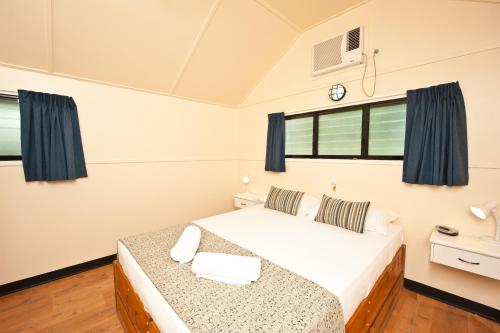A bed or beds in a room at Ellis Beach Oceanfront Bungalows