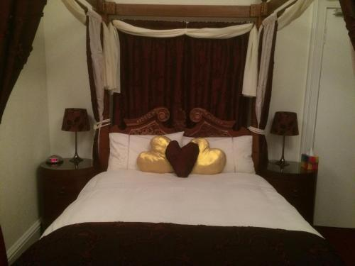 A bed or beds in a room at 6 Caberfeidh( Blue House )