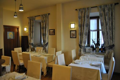 A restaurant or other place to eat at Hotel Oberje De La Viere