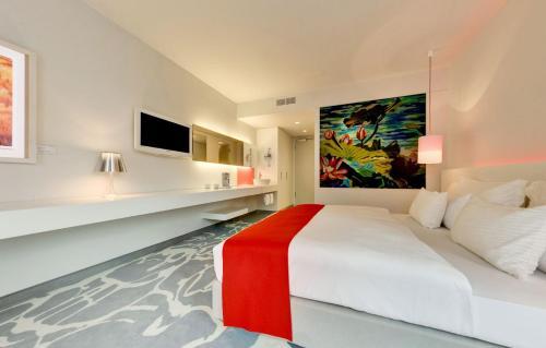 سرير أو أسرّة في غرفة في آرت أوتل كولون باي بارك بلازا