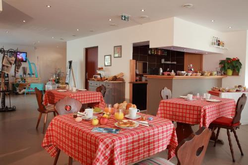 A restaurant or other place to eat at Les Portes de la Vallee