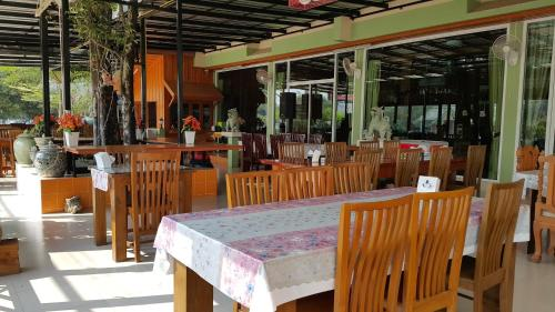 A restaurant or other place to eat at Ruen Narisra Resort