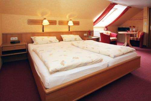 Ein Bett oder Betten in einem Zimmer der Unterkunft Pension Burggaststätte Heyken