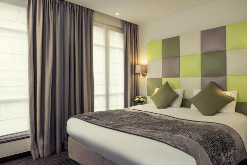 A bed or beds in a room at Hotel Mercure La Sorbonne Saint-Germain-des-Prés