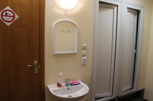 A bathroom at Hostel Sakvoiaj