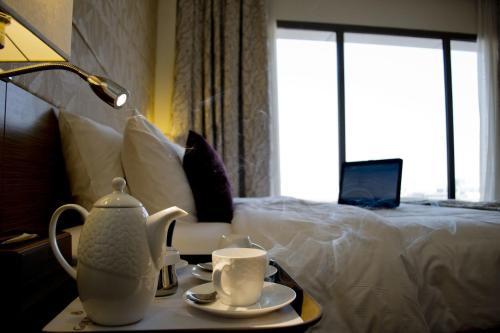 Cama ou camas em um quarto em Golden Tulip Dammam Corniche Hotel