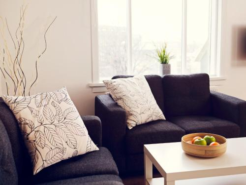 A seating area at Rey Apartments