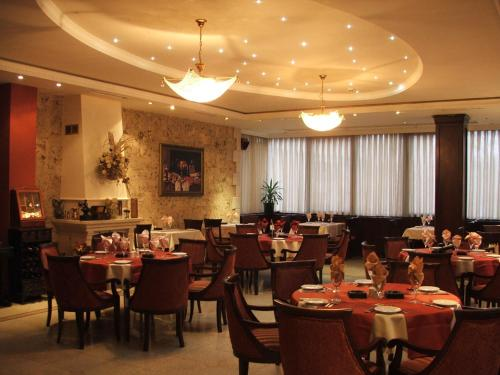 A restaurant or other place to eat at The Regent Club Hotel