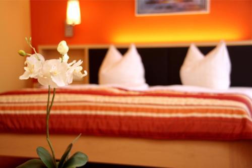 سرير أو أسرّة في غرفة في Hotel Lindenhof Bad Schandau
