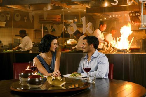 Ein Restaurant oder anderes Speiselokal in der Unterkunft Towers Rotana - Dubai