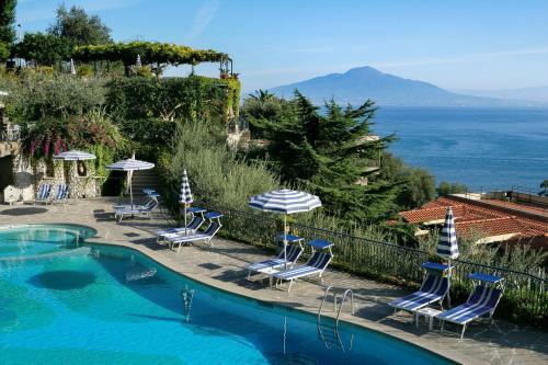 Vista sulla piscina di Grand Hotel Capodimonte o su una piscina nei dintorni