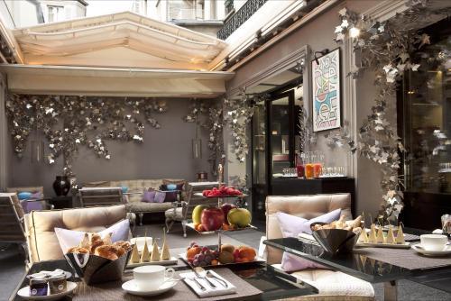 A restaurant or other place to eat at Les Jardins De La Villa