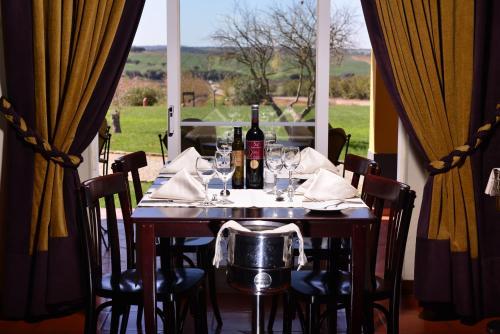 Un restaurante o sitio para comer en Clube de Campo Vila Gale