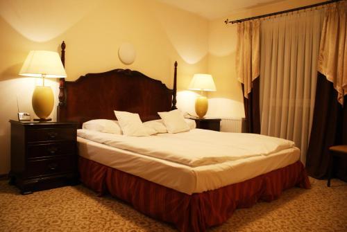 Letto o letti in una camera di Hotel Iskra by Katowice Airport