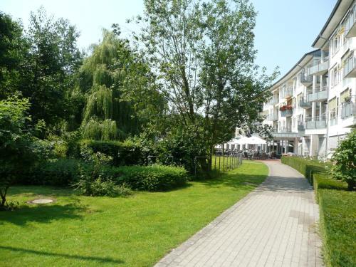 A garden outside Residenz Hotel am Festspielhaus