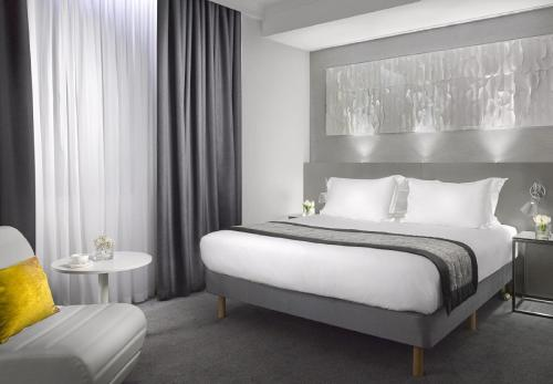 A bed or beds in a room at Radisson Blu Hotel, Edinburgh City Centre