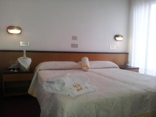 A bed or beds in a room at Hotel Montecarlo