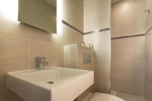 Een badkamer bij Turenne Le Marais