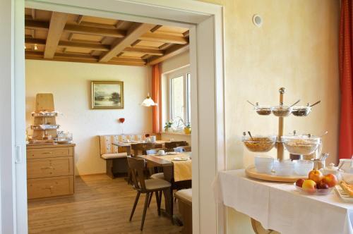 Ein Restaurant oder anderes Speiselokal in der Unterkunft Hotel Bergblick
