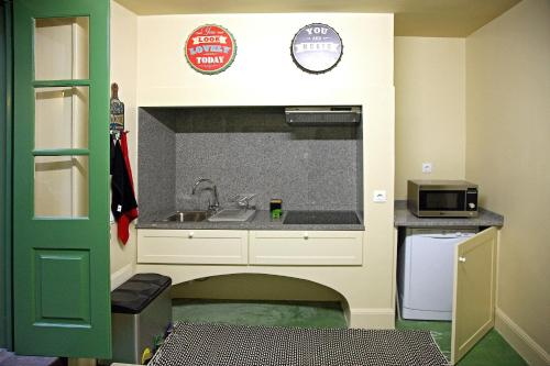 A kitchen or kitchenette at 29 Madeira Hostel
