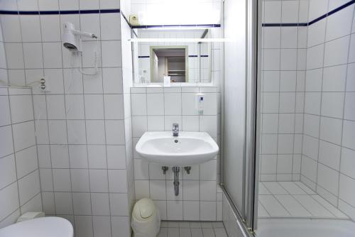 A bathroom at Leine-Hotel