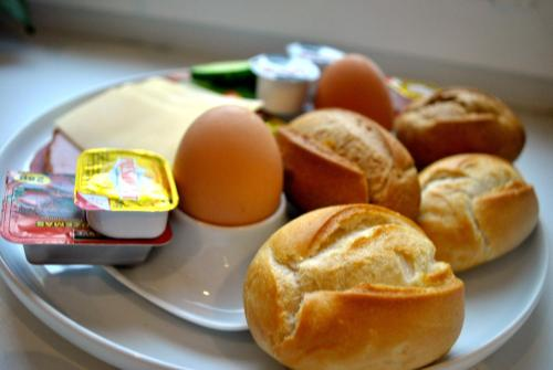 Breakfast options available to guests at Real House