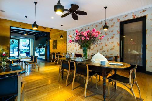 Un restaurante o sitio para comer en The Aubrey Boutique Hotel