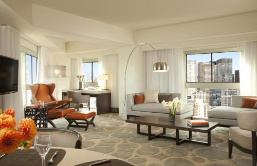 A seating area at Millennium Hilton New York One UN Plaza