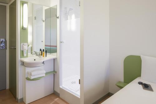 Salle de bains dans l'établissement ibis budget Lyon Centre Confluence