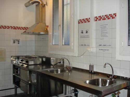 Una cocina o zona de cocina en Hostel Lion Lodge Luzern