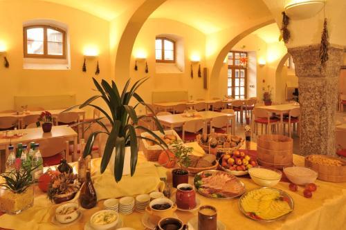 Ein Restaurant oder anderes Speiselokal in der Unterkunft Gästehäuser St. Marienthal