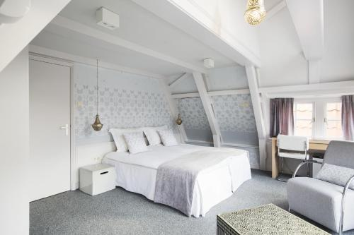 A bed or beds in a room at 't Hotel