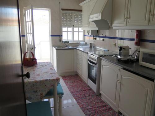 A kitchen or kitchenette at Aveiro Luz