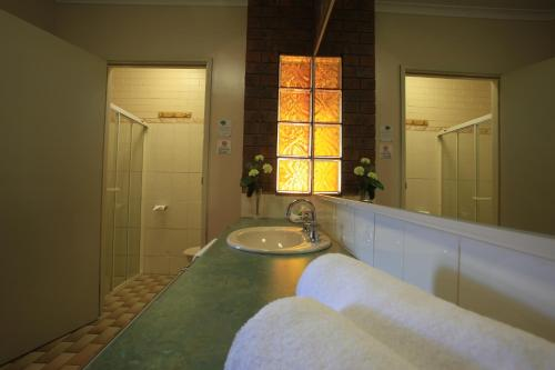 A bathroom at Belltower Motor Inn