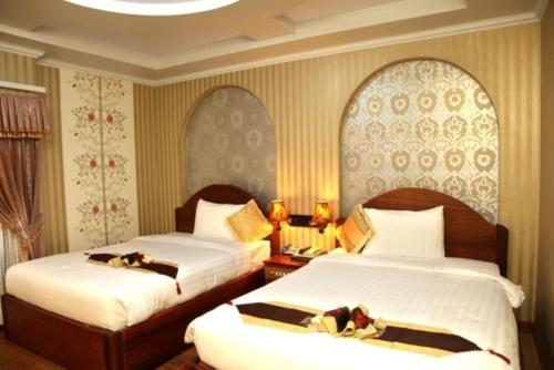 A bed or beds in a room at King Fy Hotel