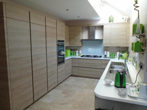 A kitchen or kitchenette at Edgware B&B