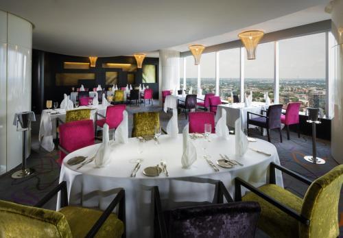 Ein Restaurant oder anderes Speiselokal in der Unterkunft Swissotel Tallinn