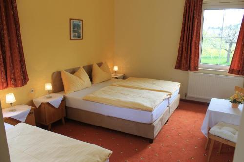 Ein Bett oder Betten in einem Zimmer der Unterkunft Landhotel Gasthof Eichhof Natters